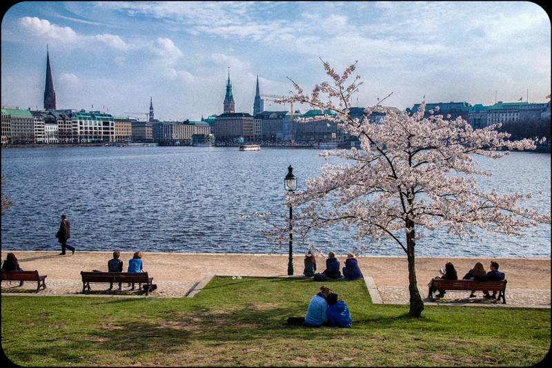 Entspannung an der Binnenalster im Frühling