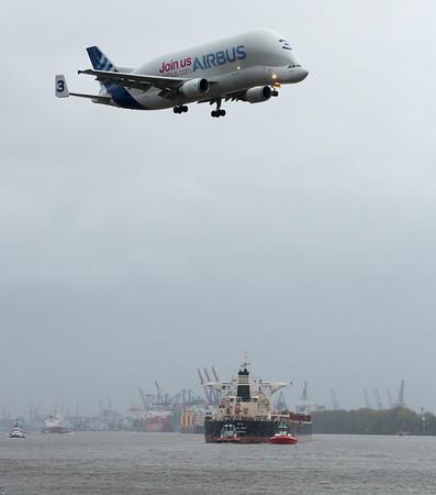 Airbus Transporter landet bei Airbus Finkenwerder über der Elbe Hamburg