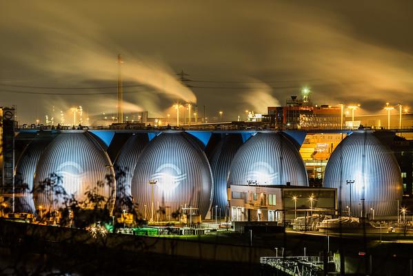 Kläranlage Klärwerk Hamburg am Abend mit Faultürme