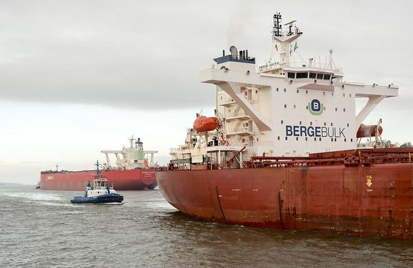 Massengutfrachter auf der Elbe bei Hamburg in der Begegnung