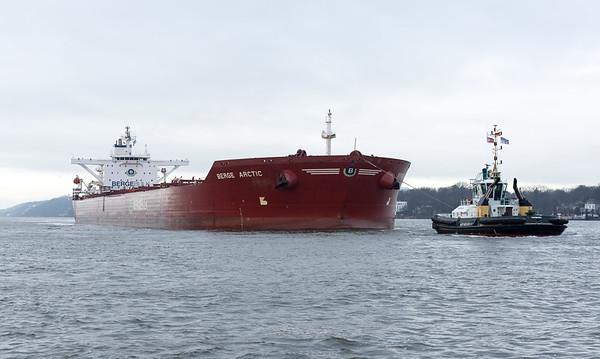 Erzfrachter Berge Arctic auf der Elbe mit Schlepper Peter Hamburg