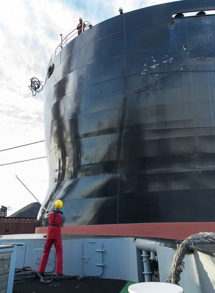 Schlepper bugsier 5 und Massengutfrachter im Hansaport Hamburg