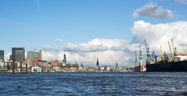 Skyline Hamburg auf der Elbe mit Landungsbrücken