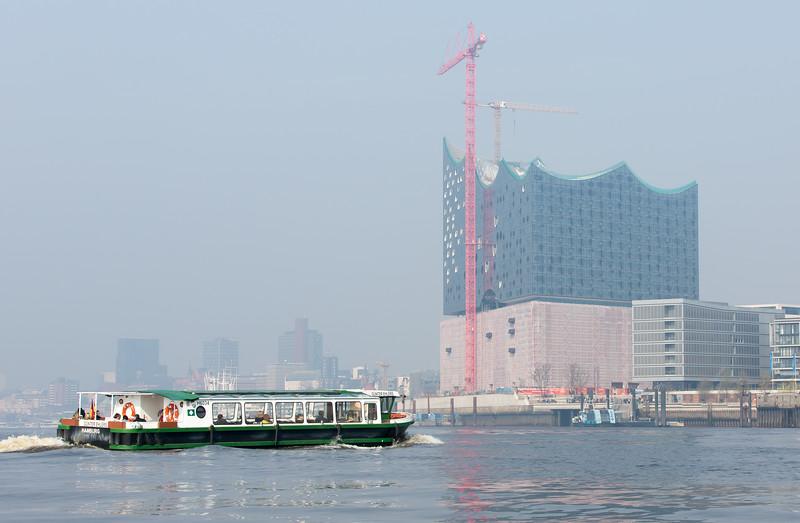 Barkasse und Elbephilharmonie Hamburg Elbe