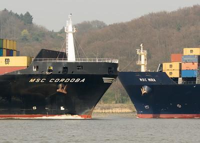 2 Containerschiffe begegnen sich auf der Elbe in Hamburg