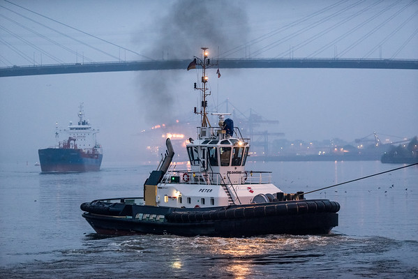 Schlepper Peter unter der Köhlbrandbrücke in der Dämmerung auf der Elbe