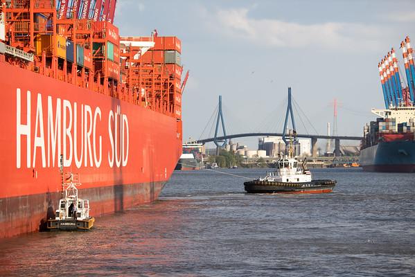 Containerschiff dreht im Waltershofer Hafen mit Schlepper prompt