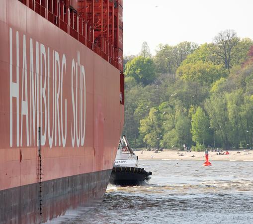 Hamburg Süd schiff und Schlepper Peter auf der Elbe in Hamburg