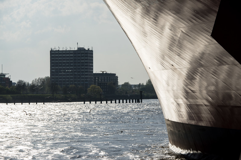 Containerschiff Bug in der Sonne auf der Elbe Hamburg