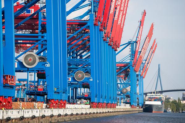 Containerterminal Burchardkai mit Containerbrücken bei Sonne Hamburger Hafen