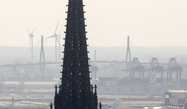 Turm St. Nikolai mit Köhlbrandbrücke Hafen Windräder Windkraftanlagen Hamburg von Sankt Petri Kirche