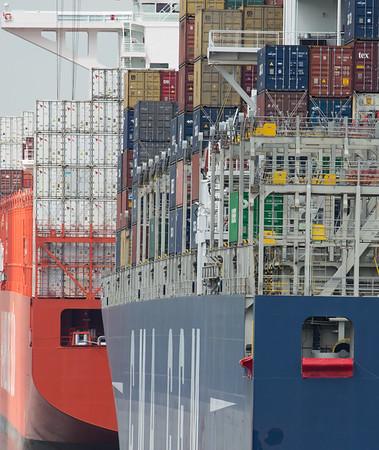 2 Containerschiffe mit Containern im Hamburger Hafen