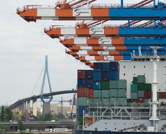 Containerschiff mit Köhlbrandbrücke am Containerterminal Eurogate