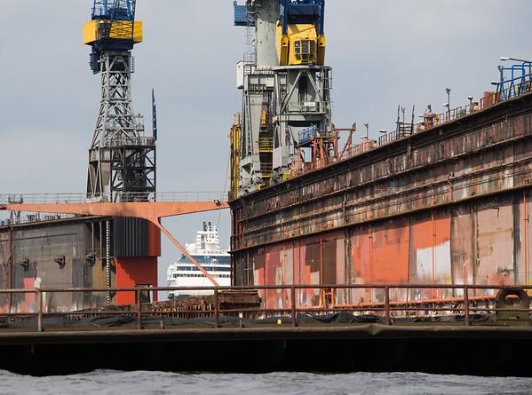 Schwimmdock 10 von Blohm und Voss im Hintergrund Kreuzfahrtschiff Hamburg