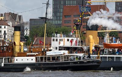 Dampfschiffe Schornsteine auf der Elbe Hamburg