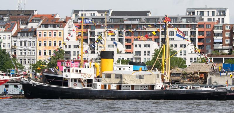 Dampfschiff Wal in Hamburg vor der Hafenstraße