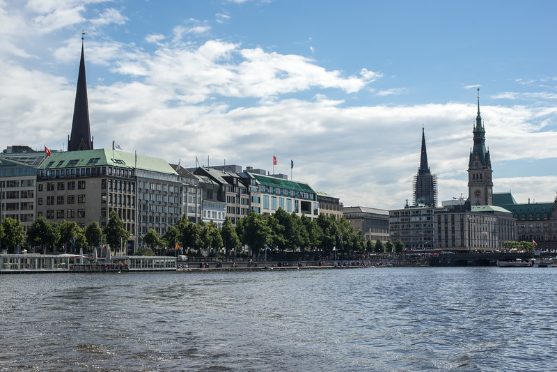 Ballindamm Hamburg an der Alster bei Sonnenschein mit Rathaus