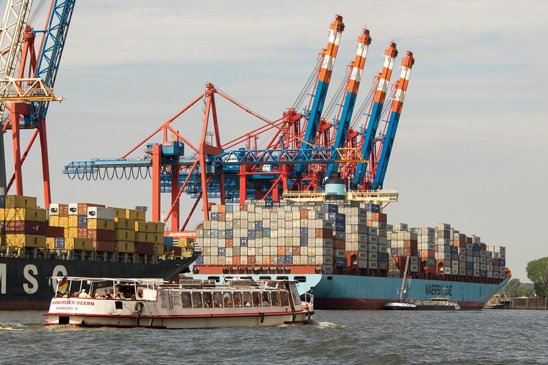 Barkasse und Containerschiff im Hamburger Hafen