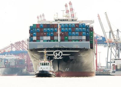 Containerschiff mit bugsier 7 Schlepper in Hamburg auf der Elbe
