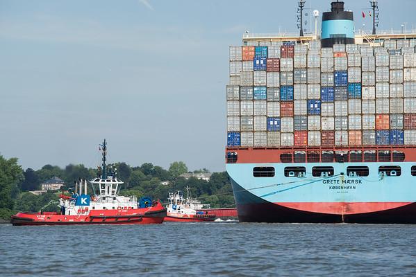 2 Schlepper ziehen an Containerschiff im Hamburger Hafen