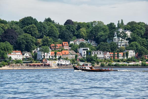 Kleiner Schlepper auf der Elbe in Hamburg vor Oevelgönne