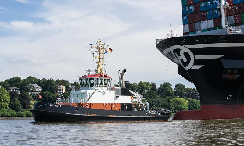 Bugsier 7 mit Containerschiff auf der Elbe in Hamburg