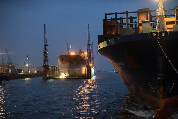 Containerschiff in Hamburg auf der Elbe bei Nacht mit Schwimmdock Dock 10 von Blohm und Voss