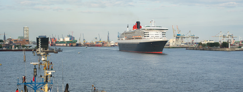 Queen Mary 2 in Hamburg Panorama