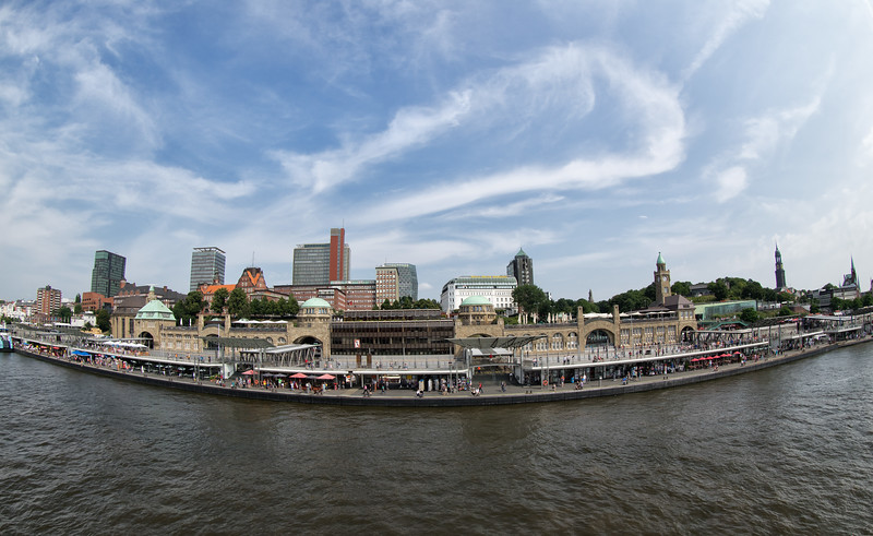 Hamburg Landungsbrücken gebogene Perspektive
