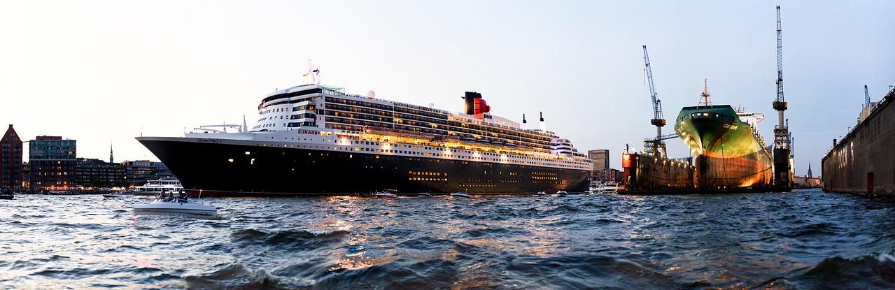Queen Mary 2 auf der Elbe in Hamburg mit Schwimmdock DOCK 11