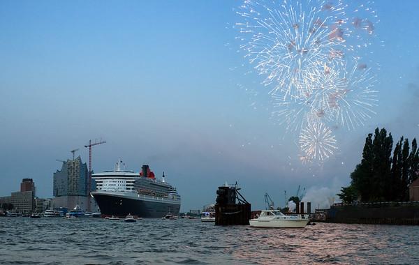 Feuerwerk in Hamburg auf der Elbe mit Queen Mary 2 und Elbphilharmonie