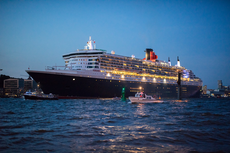 Queen Mary 2 auf der Elbe in Hamburg