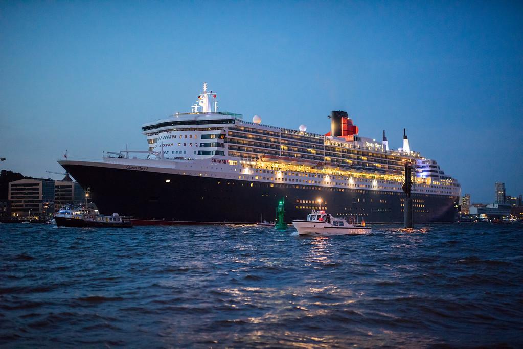Queen Mary 2 auf der Elbe in Hamburg