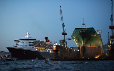 Queen Mary 2 in Hamburg mit Schwimmdock Dock 11