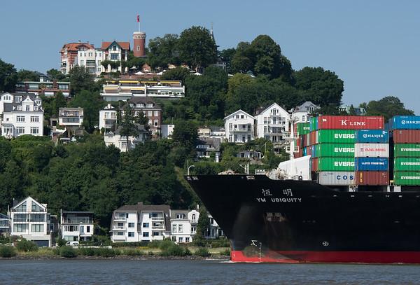 Containerschiff vor Blankenese