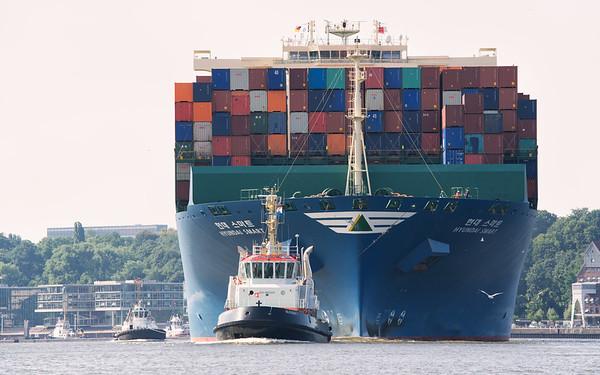 Schlepper Bugsier 7 vor dem Containerschiff Hyundai Smart