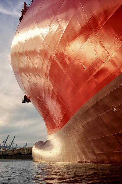 Bug von rotem Containerschiff in der Sonne