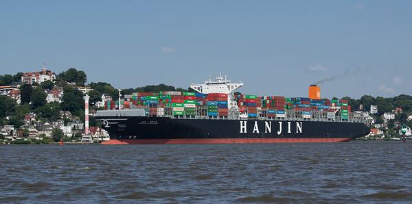 Containerschifffahrt Blankenese auf der Elbe bei Sonnenschein Hamburg