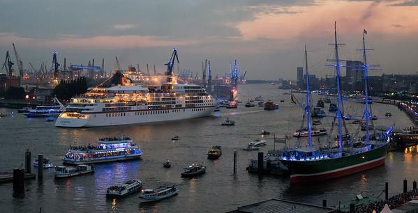 Hamburg Cruise Days mit Kreuzfahrtschiffen und blauem Licht Kunstwerk von Michael Batz Aidastella