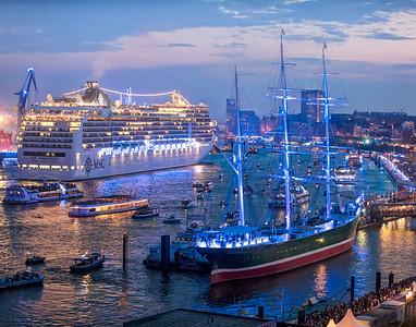 Hamburg Cruise Days mit Kreuzfahrtschiffen und blauem Licht Kunstwerk von Michael Barz