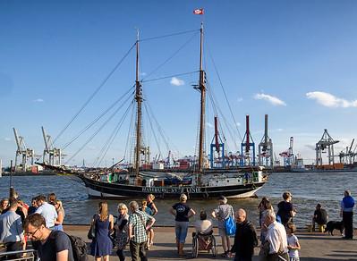 Segelschiff Hamburg Sylt Linie am Anleger Neumühlen bei Sonne mit Menschen