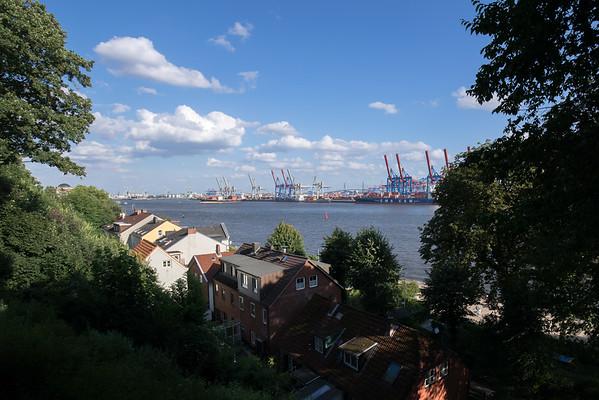 Oevelgönne mit Hafen bei Hamburg am Tag