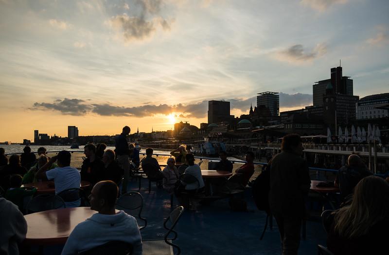 Menschen auf Hafenfähre Hamburg vor den Landungsbrücken