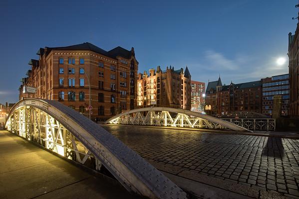 Hamburg Speicherstadt Kannegiesserbrücke am Abend