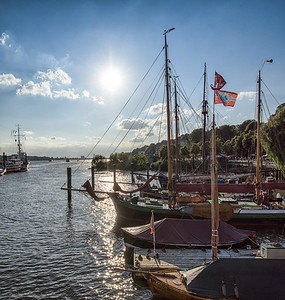 Museumshafen bei Sonne Neumühlen Hamburg Elbe