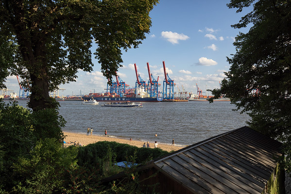 Elbstrand mit Menschen Oevelgönne mit Hafen Burchardkai am Tag