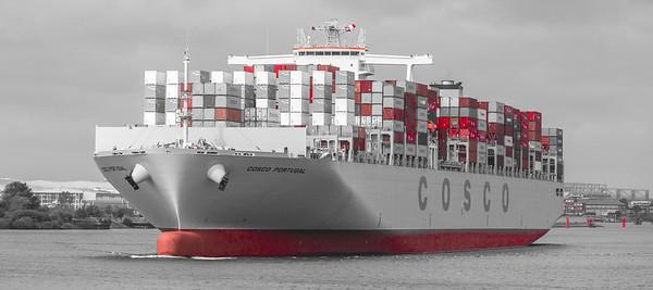 Containerschiff Cosco Portugal auf der Elbe Höhe Flugzeugbau Hamburg