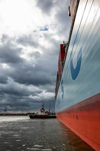 Schlepper Bugsier 21 drückt im Vorhafen Hamburg