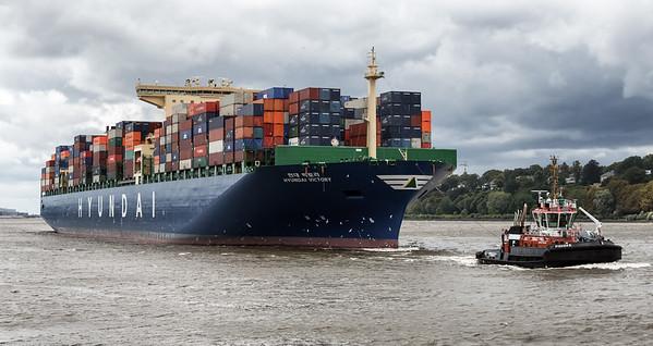 Containerschiff Hyundai Victory mit Schlepper Bugsier 5