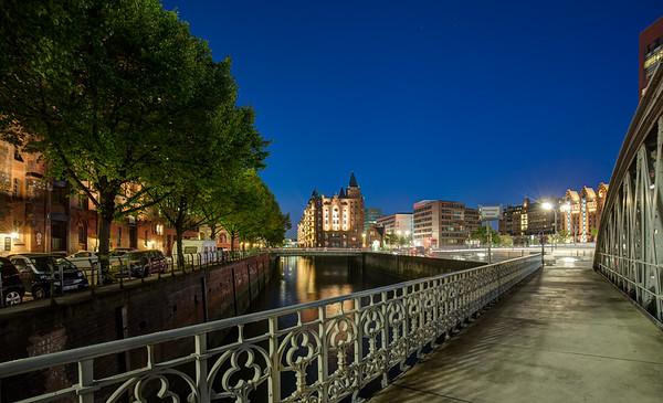 Neuerwegsbrücke in der Speicherstadt Hamburg am Abend